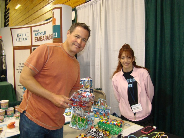 Jeff Corwin checking out the Planet Earth Store booth.